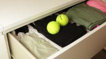 Ele coloca bolas de tênis na máquina de lavar roupas e a razão é brilhante!