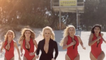 Pamela Anderson di nuvo in spiaggia: ritorna l'iconica corsa di Baywatch