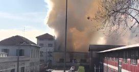 Vasto incendio a Monza: alta colonna di fumo, sul posto i vigili del fuoco