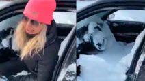 Tempesta di neve impressionante ma questa donna ha commesso un grave errore