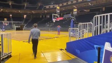 Fenomeno vero: Kerr tira con i piedi da dietro al canestro e fa centro