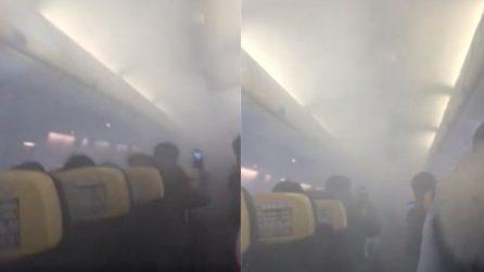 Paura sul volo Ryanair, fumo in cabina e atterraggio d'emergenza: le urla dei passeggeri