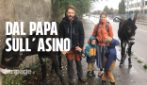 La famiglia francese in pellegrinaggio da otto mesi con due asini