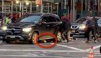 Donna investita e intrappolata sotto un suv: persone sollevano il veicolo per salvarla