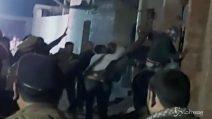 Polizia salva 23 bambini tenuti in ostaggio da un uomo
