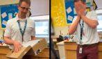 I suoi studenti gli fanno una sorpresa stupenda: il prof. si scioglie in lacrime
