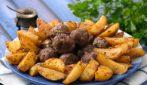 Almôndegas e batatas assadas: como preparar um prato delicioso em uma única assadeira!