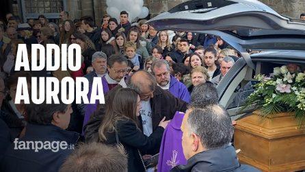 Folla a Montefiascone per l'ultimo saluto ad Aurora: lacrime e palloncini bianchi