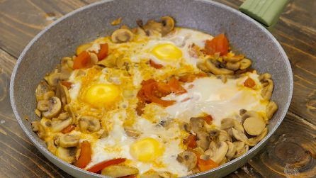 Fried Eggs with mushrooms: a cheap and delicious recipe with a few ingredients!