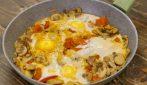 Uova al tegamino con funghi e pomodori: la ricetta facile ed economica da provare!