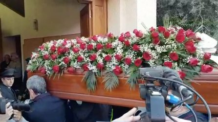 Treno deragliato, funerali di Giuseppe Cicciù: applausi all'arrivo della bara, portata dai colleghi