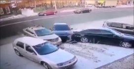 C'è un posto libero e due auto che vogliono parcheggiare: quello che succede è un disastro