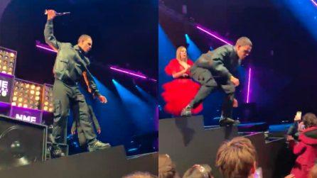 Il rapper Slowthai perde la testa e si scaglia contro uno spettatore durante il concerto