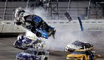 Spaventoso incidente a Daytona: l'auto vola in aria e dopo prende fuoco