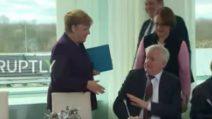 Coronavirus, il ministro tedesco rifiuta la stretta di mano della Merkel
