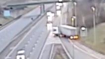 Sbaglia strada, ma fa inversione a U e va contromano in autostrada: arrestato l'autista