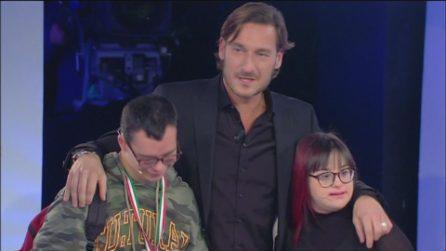 Francesco Totti abbraccia Samantha e Luca