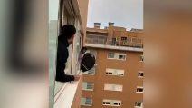 Con il coronavirus qualcuno gioca a padel...dalla finestra