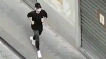 Mertens corre in strada con la mascherina e risponde al saluto di un tifoso