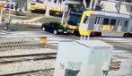 Non rispetta il segnale e viene travolto in pieno dal treno: auto distrutta e conducente illeso