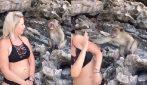 La scimmietta è infastidita dalla turista e non vuole fare la foto