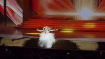 La cantante cammina verso il pubblico, ma non si accorge che il palco è finito e cade giù