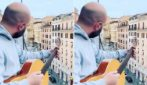 Giuliano Sangiorgi canta Pino Daniele: si affaccia al balcone e incanta Roma
