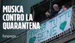 """Coronavirus, a Secondigliano (Napoli) cantano """"Napule è"""" dai balconi contro la quarantena"""