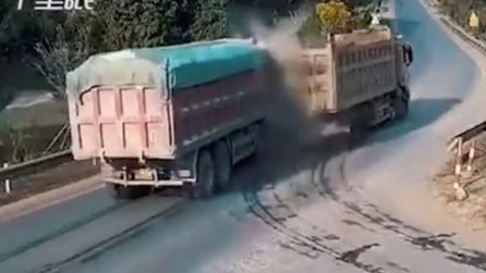 Uno spaventoso incidente tra due camion: la collisione è inevitabile