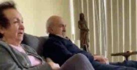 L'uomo in quarantena forzata guarda la scena hot di un film insieme ai suoi genitori