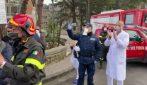 Napoli, le forze dell'ordine e i pompieri ringraziano medici e infermieri