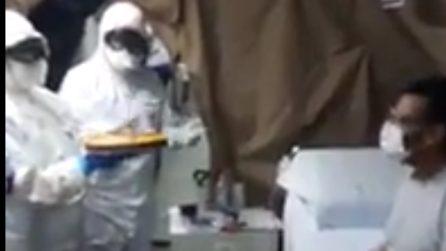 Coronavirus, i medici festeggiano il compleanno di un paziente nell'ospedale da campo di Piacenza