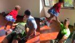 Cristiano Ronaldo tenero papà in allenamento: fa gli addominali sollevando i figli