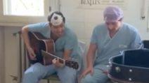 Una chitarra e due chirurghi stanchi: un momento di unione a fine turno