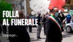 Folla al funerale del sindaco di Saviano morto per coronavirus