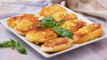Pão frito com cobertura de batata: um jeito legal para reutilizar sobras de pão!