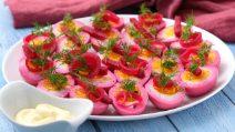 Ovos cozidos com beterraba: veja como surpreender todo mundo com um aperitivo simples e saboroso!