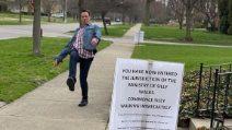 """""""Camminate in modo strano"""", il cartello messo fuori casa provoca reazioni esilaranti"""