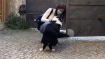 Dopo due mesi di quarantena riabbraccia il cane: la sua reazione è commovente