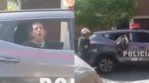 Viene arrestato e finge di tossire per spaventare i poliziotti: gli agenti reagiscono