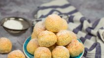 Biscoitos de coco com apenas 3 ingredientes: os docinhos prontos em 20 minutos!