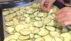 Chips di zucchine: la ricetta del contorno leggero e gustoso