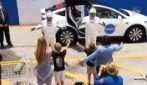 Spazio, astronauti Behnken e Hurley in Tesla alla rampa di lancio