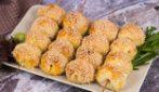 Spiedini di pasta sfoglia e formaggio: uno tira l'altro!