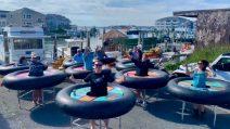 Ciambelloni giganti al posto dei tavoli: l'idea geniale per rispettare le norme anti-Covid