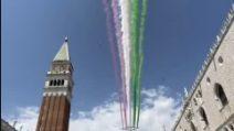Venezia, le frecce tricolore ricordano le vittime del covid 19