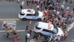 Morte George Floyd, gruppo di manifestanti accerchia auto della polizia: gli agenti accelerano