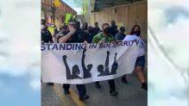George Floyd, poliziotti protestano al fianco dei manifestanti