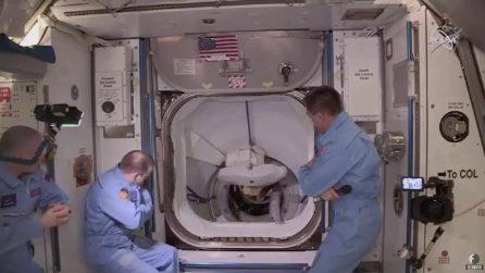 SpaceX, il momento in cui i due astronauti salgono sulla Iss: scattano gli abbracci volanti
