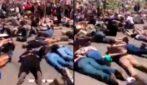 """George Floyd, manifestanti con la faccia a terra e le mani legate urlano: """"Non posso respirare"""""""